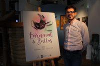 El concejal Antonio José Espín ante el cartel del Carnaval 2018